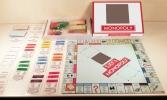 Monopoly spel van 38,5 x 38,5 cm met doos van 27,5 x 20,5 cm